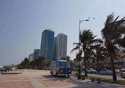 Pláž se nachází přímo ve městě