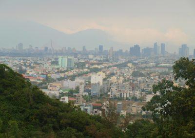 Výhled na město Da Nang z Marble Mountains