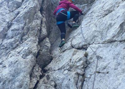 Farrata vede kolmou severní stěnou hory